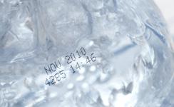 ペットボトルに賞味期限と製造番号を印字(マーキング)